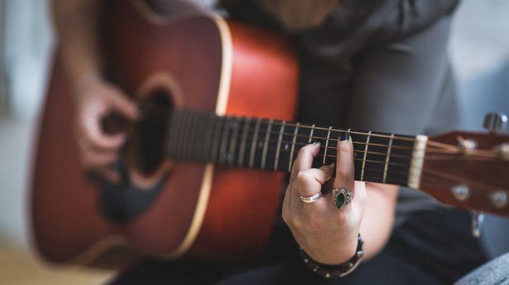 Aprende a tocar la guitarra en menos de un mes